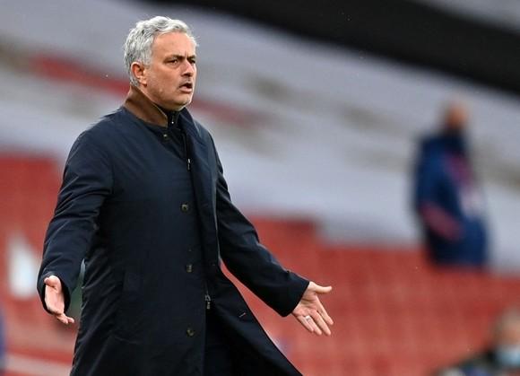 HLV Jose Mourinho phản ứng sau quyết định của trọng tài. Ảnh: Getty Images
