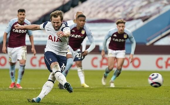 Harry Kane sút thắng phạt đền mở đường chiến thắng cho Tottenham. Ảnh: Getty Images