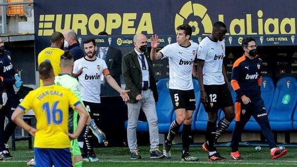 Atletico lâm nguy sau thất bại trước Sevilla ảnh 1
