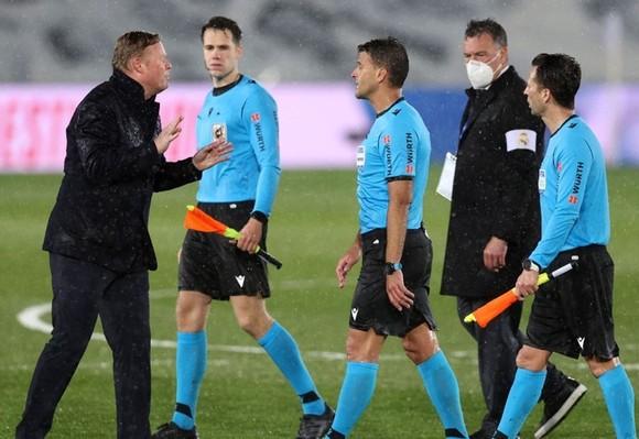 HLV Ronald Koeman tiếp tục phàn nàn với trọng tài sau trận.
