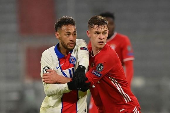 Joshua Kimmich (phải) là cầu thủ Bayern chơi hay nhất lượt đi.