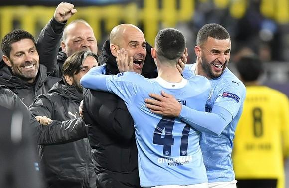 HLV Pep Guardiola và ban huấn luyện của mình vỡ òa sau chiến thắng. Ảnh: Getty Images