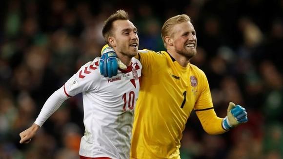 Christian Eriksen (trái) và thủ môn Kasper Schmeichel là những ngôi sao được kỳ vọng nhất.