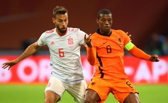 Georginio Wijnaldum (phải) mang băng đội trưởng tuyển Hà Lan tại Euro 2020. Ảnh: Getty Images