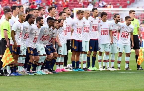"""Cầu thủ Tây Ban Nha và Bồ Đào Nha chụp hình chung và mặc áo có chữ """"Vamos2030""""."""
