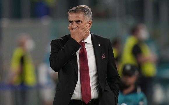 Senol Gunes thất vọng dõi theo trận đấu. Ảnh: Getty Images