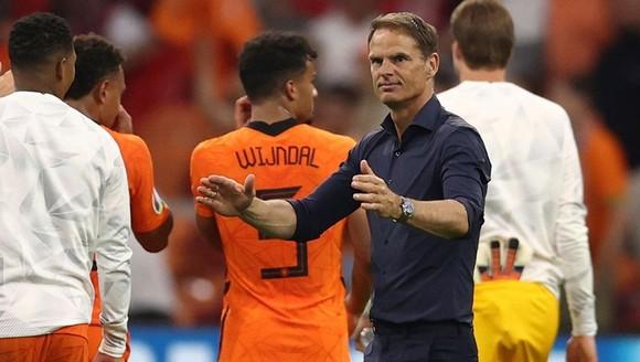 HLV Frank de Boer thận trọng cảnh báo về sự tập trung khi đội sớm giành vé. Ảnh: Getty Images
