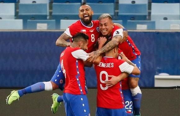 Cầu thủ Chile mừng chiến thắng đầu tiên của giải trước Bolivia.
