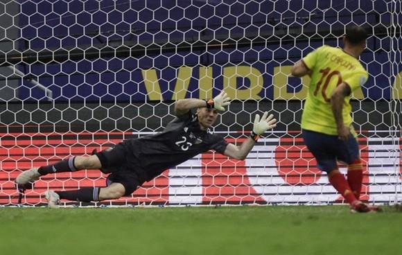 Copa America 2021: Thủ thành Emiliano Martinez tỏa sáng trên chấm 11m đưa Argentina vào chung kết ảnh 1