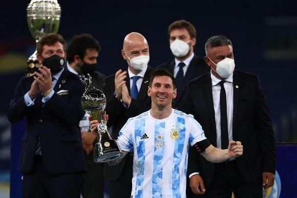 Lionel Messi hạnh phúc với danh hiệu lớn đầu tiên cùng tuyển Argentina.