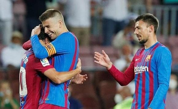 Gerard Pique hạnh phúc sau khi giúp Barca khởi đầu bằng chiến thắng.