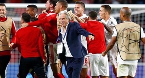 HLV Jorge Jesus và Benfica ăn mừng trở lại vòng bảng Champions League.