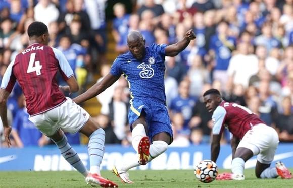 Romelu Lukaku trong pha ghi bàn đầu tiên tại sân Stamford Bridge. Ảnh: Getty Images