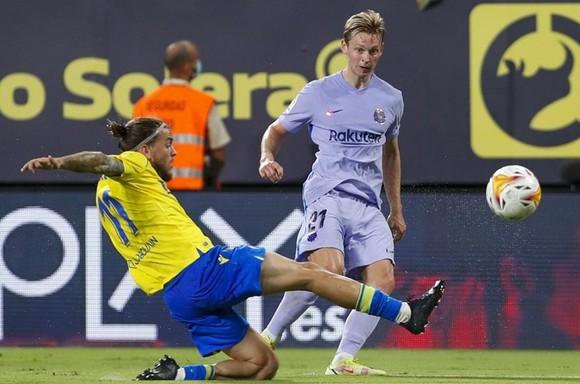 Tiền vệ Frenkie de Jong bị phạt thẻ vàng thứ 2 phải rời sân khiến Barca gặp khó.