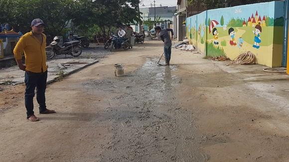 Chiến sĩ tình nguyện Hành quân xanh Quận 9 giúp dân làm đường, xây nhà ảnh 1