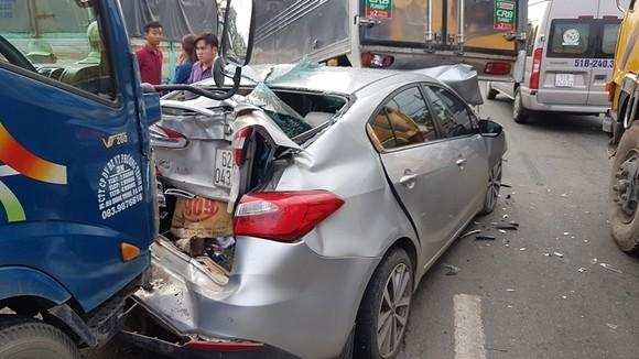 Va chạm liên hoàn trên Quốc lộ 22, nhiều phương tiện hư hỏng nặng  ảnh 1