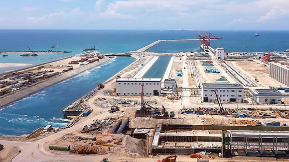 Toàn cảnh Nhà máy Nhiệt điện Vĩnh Tân 1 nhìn ra vũng quay tàu và khu bến chuyên dùng