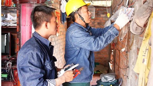 Đoàn viên thanh niên Tổng công ty Điện lực TPHCM  tham gia sửa điện giúp dân
