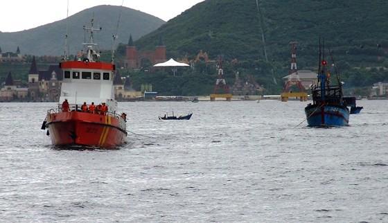 Tàu cứu hộ lai dắt một tàu bị nạn vào bờ
