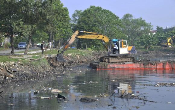 Nạo vét nhánh rạch Bà Lớn, huyện Bình Chánh để  khơi thông dòng chảy  Ảnh: THÀNH TRÍ