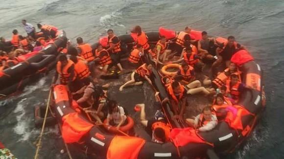 Nhiều du khách may mắn thoát nạn trong vụ chìm tàu du lịch ở Phuket nhờ bè cứu sinh. Ảnh: PHUKET NEWS