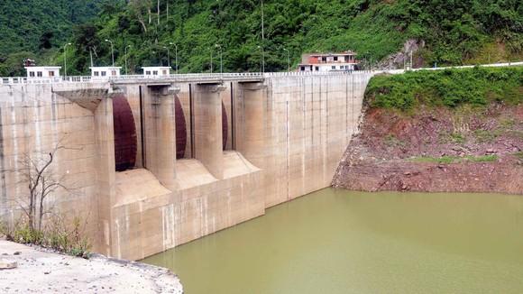 Các thủy điện thượng nguồn Quảng Nam giữ nước vào mùa khô khiến nước sông Cầu Đỏ nhiễm mặn