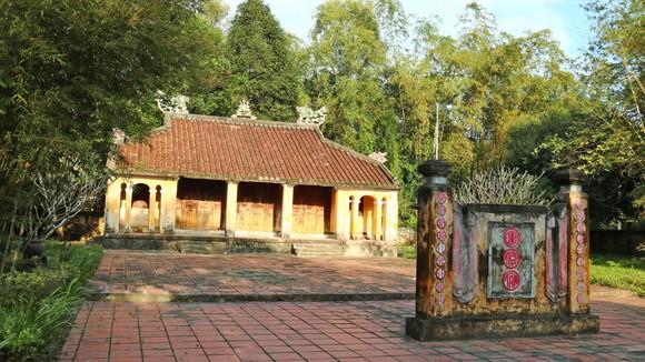 Bên trong ngôi đình Thạch Tân có miệng hầm dưới nền với hơn 32km địa đạo,                                                      được gọi là địa đạo Kỳ Anh.   Ảnh: NGỌC PHÚC