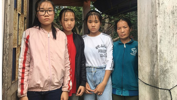 4 mẹ con côi cút giữa xóm chài