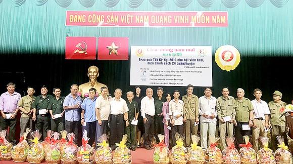Trao 240 phần quà tặng hội viên cựu chiến binh, diện chính sách có hoàn cảnh khó khăn sinh sống tại TPHCM