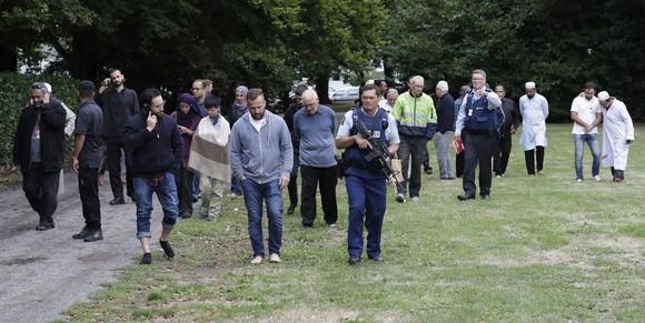 Cảnh sát đưa mọi người rời nhà thờ bị tấn công khủng bố ở TP Christchurch, New Zealand, ngày 15-3-2019. AP