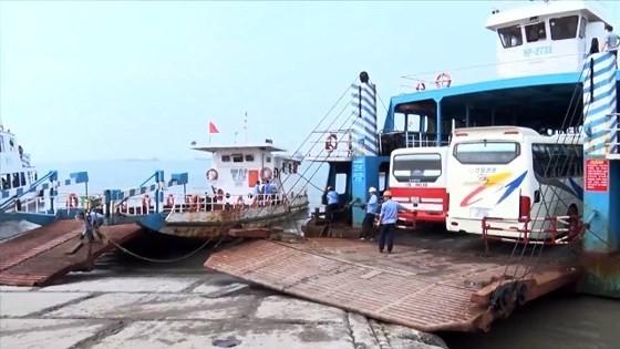 Lượng hành khách và phương tiện qua lại bến phà Gót, Hải Phòng hàng ngày rất đông