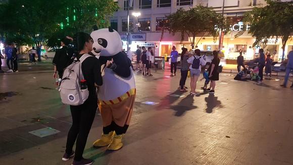 Bạn trẻ trong trang phục mascot tại Phố đi bộ Nguyễn Huệ