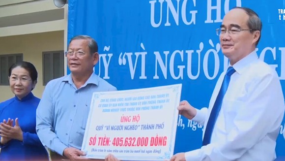 """Bí thư Thành ủy TPHCM Nguyễn Thiện Nhân trao tiền ủng hộ một ngày lương cho Quỹ Vì người nghèo"""" TP"""