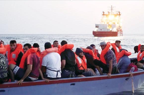 Các di dân trên tàu ở Địa Trung Hải chờ được nhập cư vào châu Âu