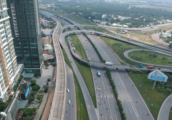 Metro Bến Thành - Suối Tiên đoạn qua quận 2. Ảnh: CAO THĂNG