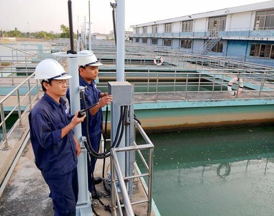 Kiểm tra độ mặn tại Nhà máy nước Tân Hiệp. Ảnh: CAO THĂNG