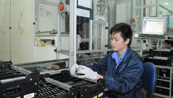 Sản xuất pin điện thoại di động tại một công ty có vốn đầu tư nước ngoài.  Ảnh: CAO THĂNG