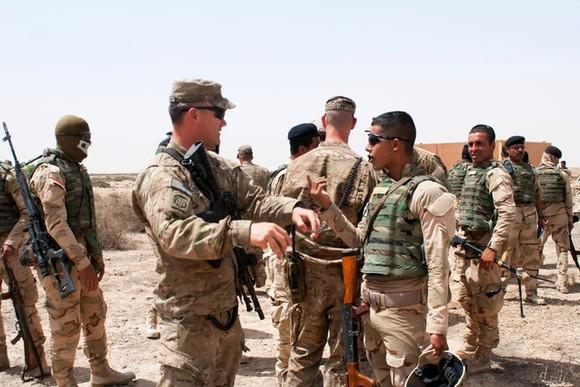 Binh sĩ Mỹ trong buổi huấn luyện cho quân đội Iraq. Ảnh: AP.