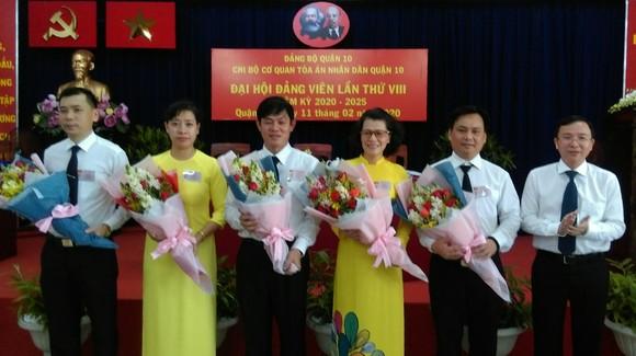 Đồng chí Đặng Quốc Toàn chúc mừng các đồng chí trong cấp ủy Chi bộ cơ quan TAND quận 10 nhiệm kỳ 2020 -2025