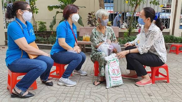 Bà Dương Thị Lê (phường 4, quận 8) bị suy tim, tật hai tay, mưu sinh bằng nghề lượm ve chai chia sẻ cảm xúc với các mạnh thường quân.   Ảnh: DIỄM MY
