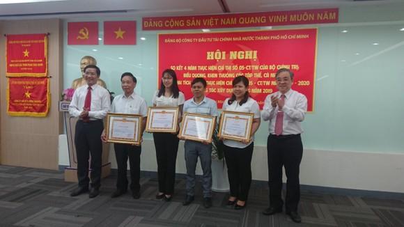 Các tập thể, cá nhân được trao Bằng khen của Thành ủy, giấy khen của Ban Tuyên giáo Thành ủy tại hội nghị