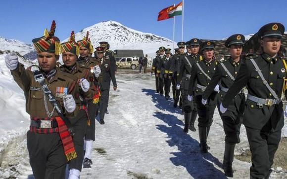Binh sĩ Ấn Độ (trái) và Trung Quốc tại khu vực biên giới. Ảnh: PTI
