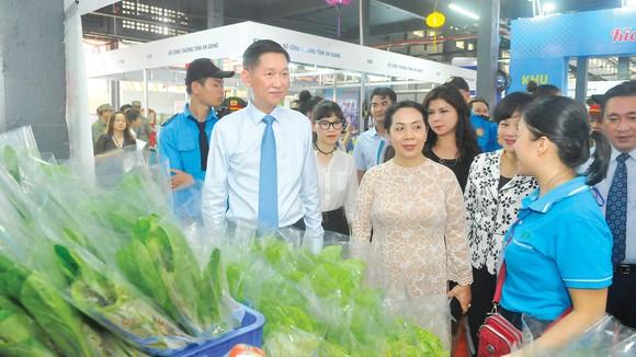 Phó Chủ tịch UBND TPHCM Trần Vĩnh Tuyến thăm  gian hàng bày bán sản phẩm tại Chương trình  Kích cầu tiêu dùng 2020. Ảnh: CAO THĂNG