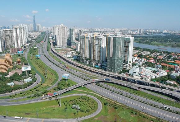Các cao ốc hai bên metro Bến Thành - Suối Tiên tại quận 2, TPHCM. Ảnh: CAO THĂNG
