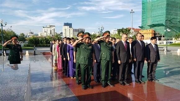 Đoàn cán bộ Việt Nam do Đại sứ Vũ Quang Minh dẫn đầu dâng hương tri ân các Anh hùng liệt sĩ tại Tượng đài Hữu nghị Việt Nam-Campuchia ở thủ đô Phnom Penh. Ảnh: TTXVN