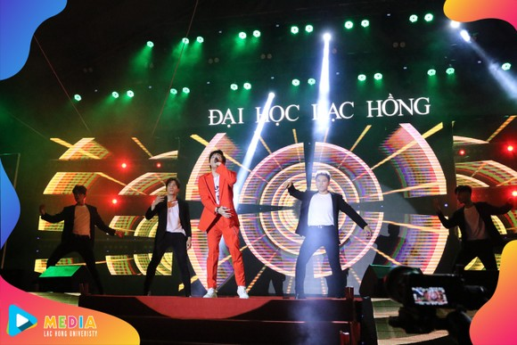Ca sĩ Noo Phước Thịnh khuấy đảo khán đài cùng hàng nghìn sinh viên Trường Đại học Lạc Hồng trong ngày khai giảng năm học mới