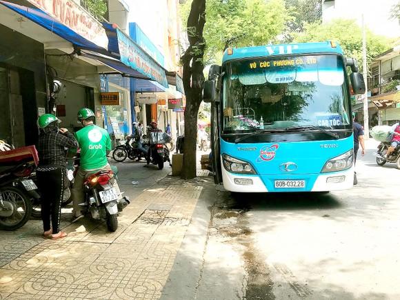 Xe Võ Cúc Phương chạy tuyến TPHCM - Long Khánh đón trả khách trên đường Nguyễn Duy Dương, quận 5