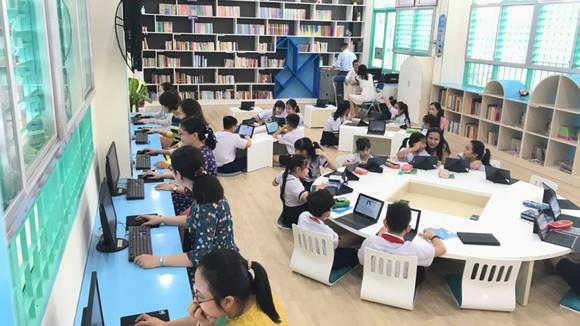 Học sinh Trường Tiểu học Đống Đa (quận Tân Bình) đọc sách tại thư viện thông minh