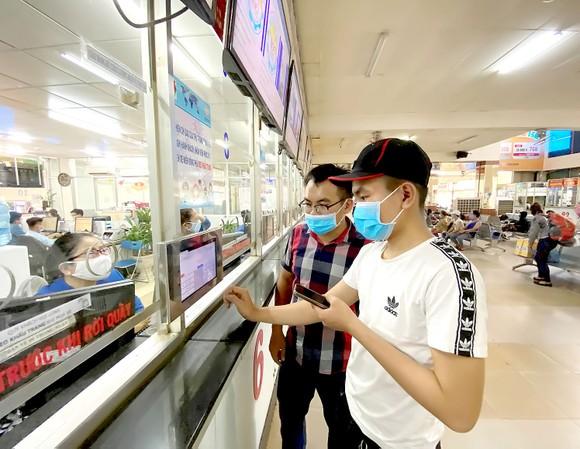 Hành khách chọn tuyến, giờ xe chạy tại Bến xe Miền Đông qua màn hình điện tử. Ảnh: CAO THĂNG