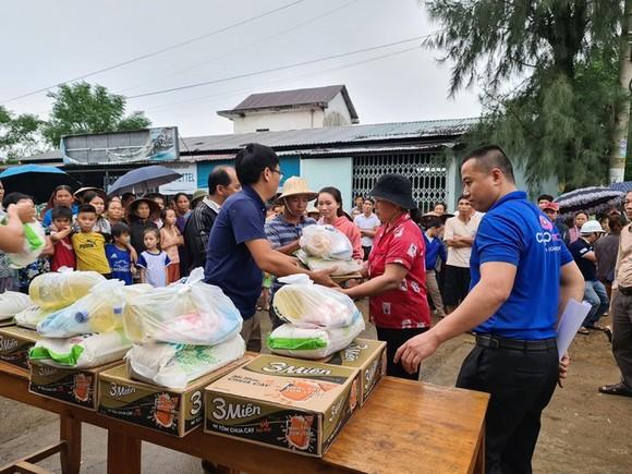 Báo SGGP trao 300 phần quà cứu trợ khẩn cấp cho người dân ở vùng lũ 2 xã Hải Sơn, Hải Chánh (huyện Hải Lăng, Quảng Trị)